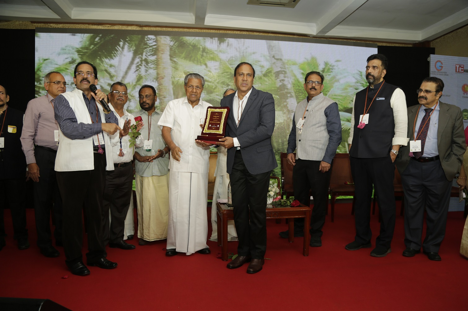Kadambot Siddique in Kerala receives his prize from the Chief Minister